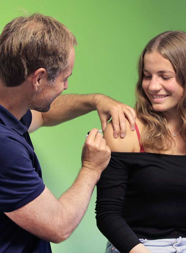 Dr. Irnstetter bei Impfung