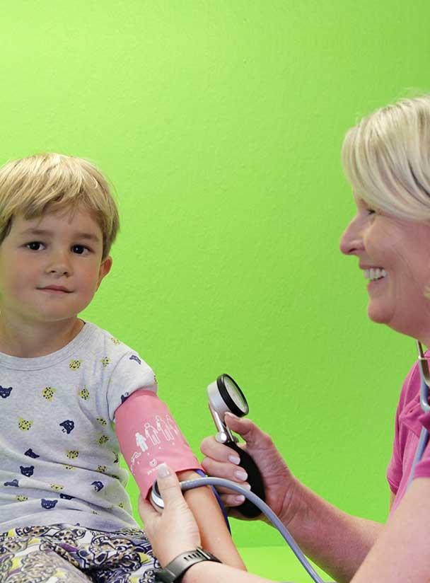 Blutdruck messen mit Kind